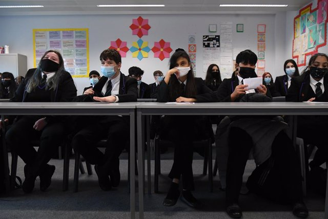 08 March 2021, United Kingdom, London: Children and the teacher wearing facemasks during a lesson at Hounslow Kingsley Academy as pupils in England return to school for the first time in two months as part of the first stage of lockdown easing. Photo: Kir