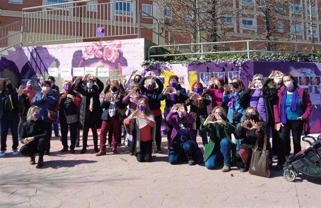 Una veintena de mujeres recomponen con imágenes el mural feminista vandalizado en Getafe