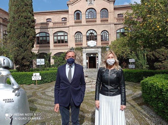 La concejal de Medio Ambiente de Granada, Pepa Rubia, a la derecha en la imagen