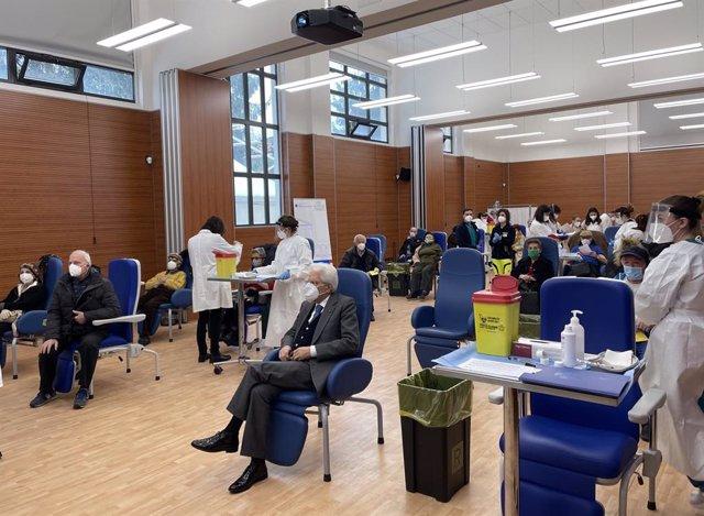 El presidente de Italia, Sergio Mattarella, espera su turno de vacunación en un hospital de Roma en una imagen publicada por el palacio presidencial.