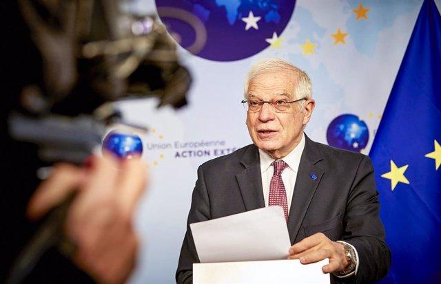 El Alto Representante de la UE para Política Exterior, Josep Borrell, habla a los medios antes de una videoconferencia con los líderes de la UE sobre seguridad, política de defensa y la relación con los vecinos del sur.