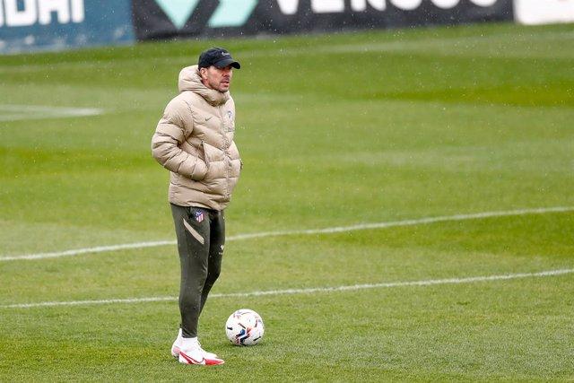 Archivo - Diego Pablo Simeone durante un entrenamiento del Atlético de Madrid
