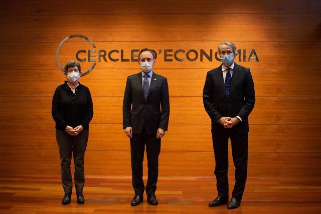El cap de Govern d'Andorra, Xavier Espot, al centre, acompanyat per la delegada de Govern a Catalunya, Teresa Cunillera (izq), i el president de Cercle d'Economia, Javier Faus