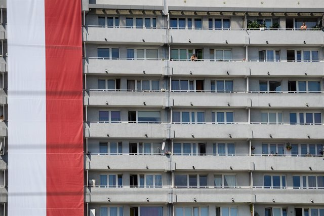 Archivo - 15 August 2019, Poland, Katowice: A Polish flag hang from a high-rise building on the Polish Armed Forces Day. Photo: Omar Marques/SOPA Images via ZUMA Wire/dpa