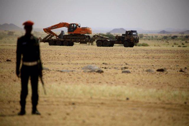Archivo - Militar sudanés examina la destrucción de un arsenal