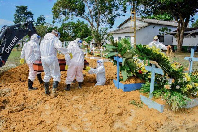 HANDOUT - 10 February 2021, Brazil, Manaus: A coronavirus victim is being buried at the Taruma cemetery. Due to the increasing number of Covid 19 deaths, the government has decided to expand the capacity of the cemetery. Photo: Valdo Leão/Semcom/Manaus/dp