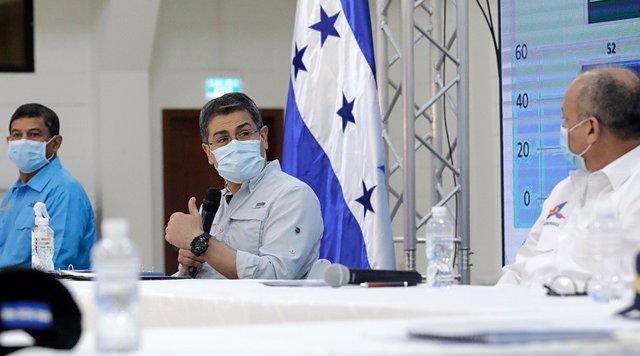 Archivo - El presidente de Honduras, Juan Orlando Hernández, con mascarilla por la pandemia de coronavirus