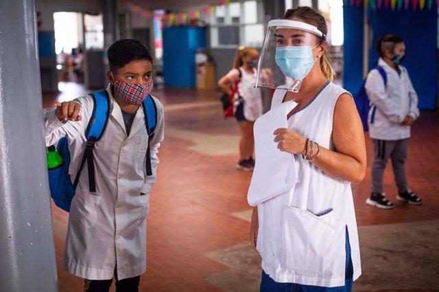 Estudiantes con protección frente al coronavirus en Argentina.
