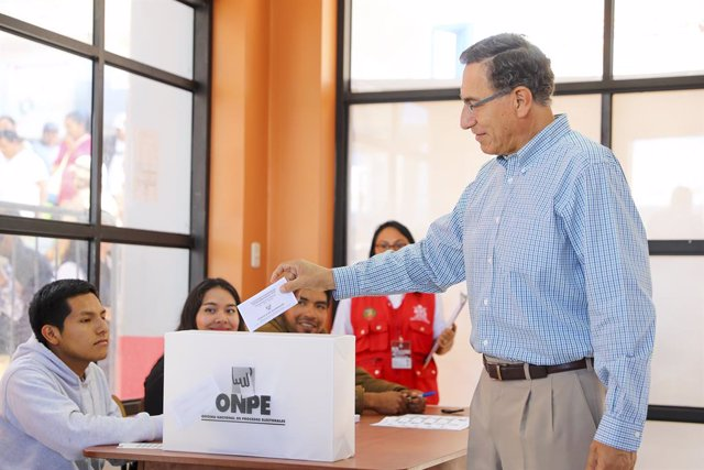 Archivo - 26 January 2020, Peru, Lima: Peruvian President Martin Vizcarra casts his ballot during the Peruvian congress elections at a polling station. Photo: Presidencia Peru/dpa