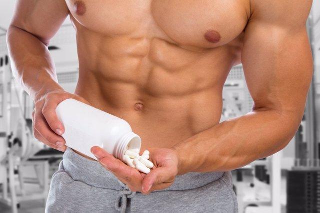 Archivo - Hombre tomando esteroides anabolizantes. Gimnasio
