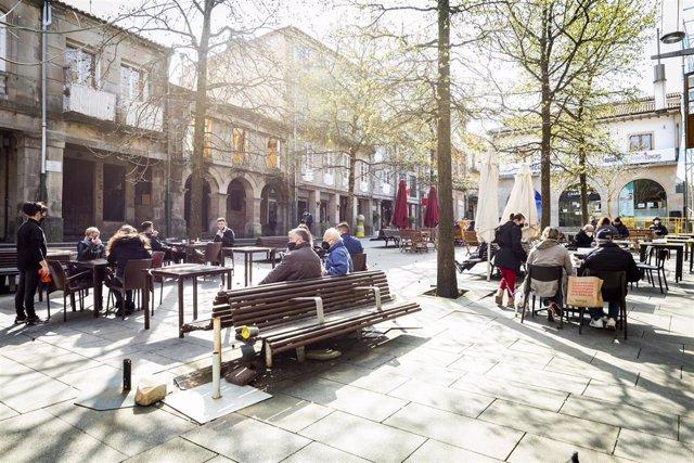 Ambiente en las terrazas de varios establecimientos durante el primer día de la reapertura del interior de los bares y restaurantes en Pontevedra, Galicia (España), a 8 de marzo de 2021. Desde hoy la Xunta permite la apertura de las áreas sanitarias de A