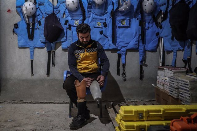 Archivo - 25 January 2021, Syria, Idlib City: Hasan Tflah, 27, the leader of an unexploded ordnance removal team of the Syria Civil Defence, commonly referred to as White Helmets, prepares for duty. Tflah has been clearing undetonated mines and bomb remna