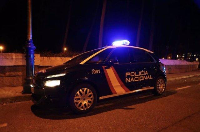Archivo - Coche del CNP por la noche