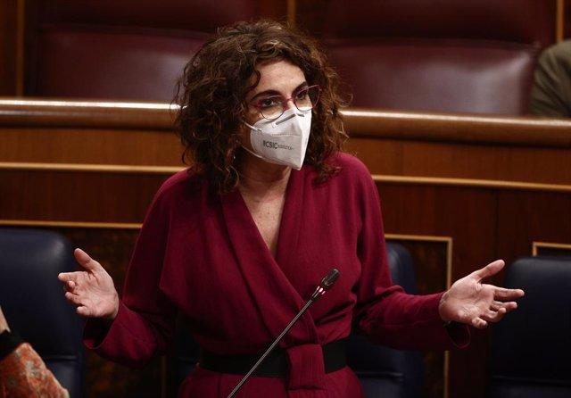 La portaveu del Govern central i ministra d'Hisenda, María Jesús Montero, en una sessió de control al Congrés dels Diputats (Arxiu)