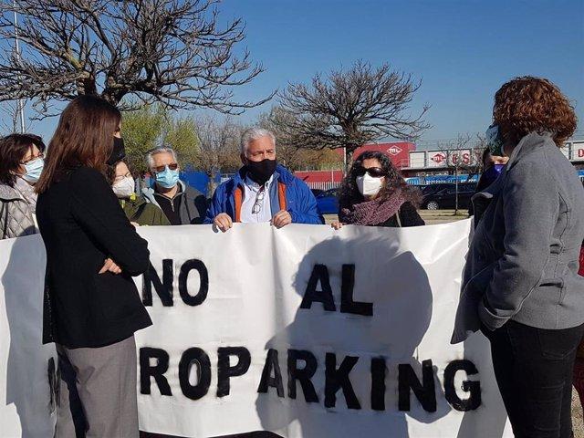 La portavoz de Más Madrid en el Ayuntamiento, Rita Maestre, y la concejala de Movilidad, Esther Gómez, con los vecinos que se oponen al parking de mil plazas en Aravaca