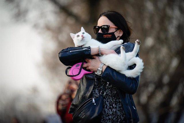 Una mujer sostiene a un gato en Varsovia