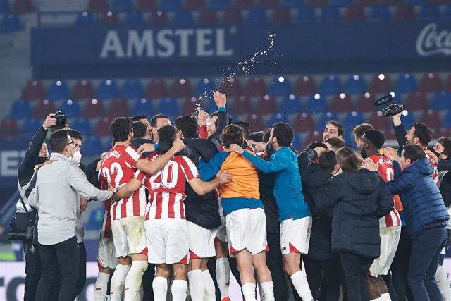 Jugadores del Athletic Club de Bilbao cellebran una victoria