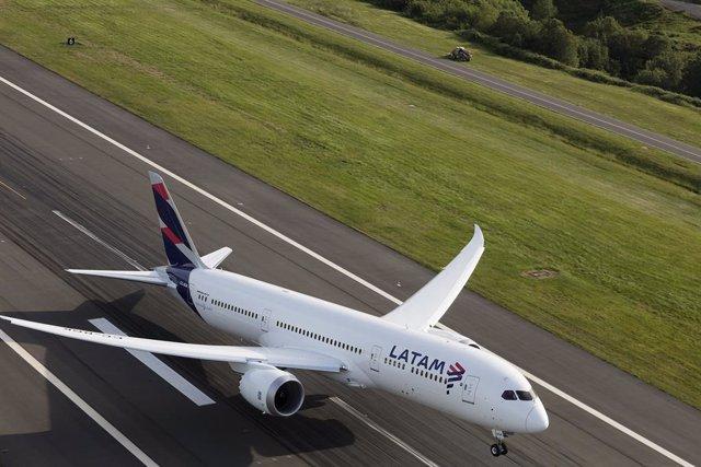 Archivo - Avión LATAM Boeing 787 Dreamliner despegando
