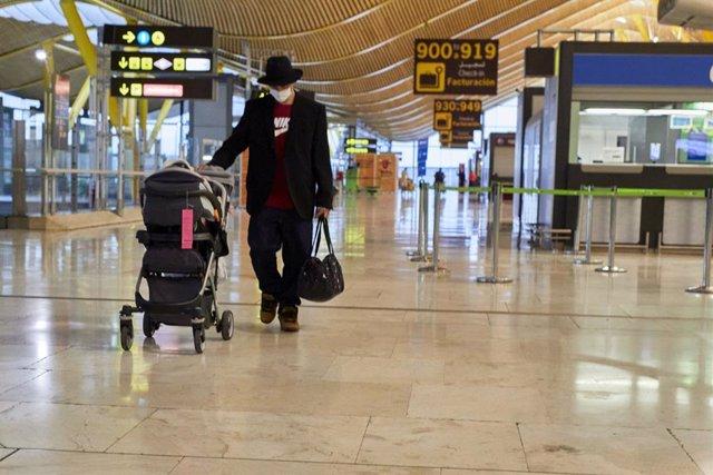 Archivo - Un hombre camina por la terminal T4 del Aeropuerto Adolfo Suárez Madrid-Barajas.