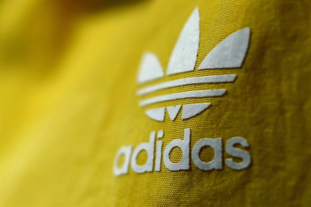 Archivo - FILED - 14 March 2018, Bavaria, Herzogenaurach: A general view of the German sportswear manufacturer adidas logo on an item of clothing during the company's annual press conference. adidas reported on Wednesday that the coronavirus epidemic has