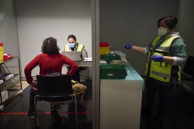 Archivo - Imagen de archivo de un dispositivo en el centro de Refena para administrar la vacuna contra la COVID-19 a profesionales sociosanitarios, en Pamplona, Navarra.