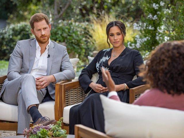 Meghan Markle y el príncipe Harry en su entrevista con Oprah