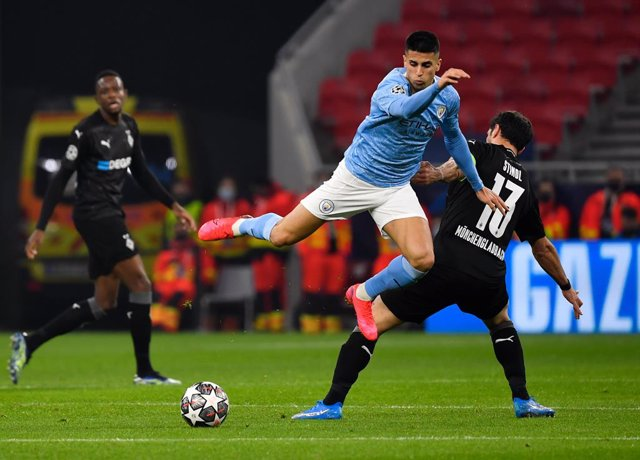 24 February 2021, Hungary, Budapest: Manchester City's Joao Cancelo (C) and Gladbach's Lars Stindl battle for the ball during the UEFA Champions League round of 16, first leg soccer match between Borussia Moenchengladbach and Manchester City. Photo: Marto