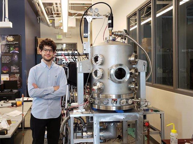 Álvaro Romero Calvo junto a la cámara de vacío de su laboratorio