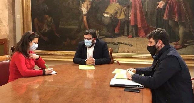 La portavoz de Alianza Mar Blava, Sara Pizzinatto, el senador Vicenç Vidal y el diputado Josep Ferrà, durante la reunión.