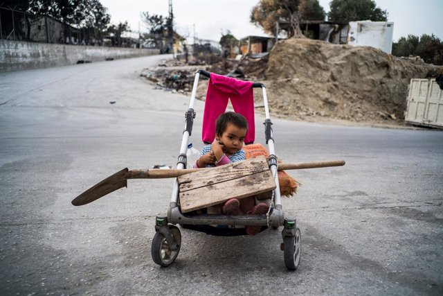 Archivo - A child in a trolley, in Lesbos, Greece, on 21 September 2020. Greece started yesterday to move 700 migrants from Lesbos to Athens after they went through an interview and obtained a Greek ID card to be identified. They will live for about 2 mon