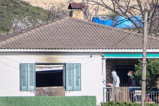 Agentes de la Guardia Civil realizan investigaciones en la vivienda donde han muerto tres personas durante un incendio, en El Molar