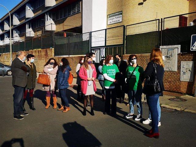 La parlamentaria andaluza por el PSOE de Huelva María Márquez y la responsable de Educación del partido en la provincia, Susana Rivas, con los miembros del AMPA del Colegio Nacional de Prácticas de Huelva.