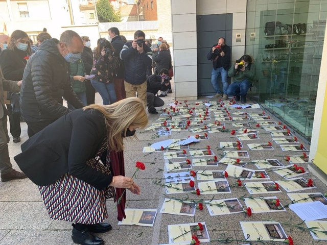 La consellera en funcions, Àngels Ponsa, diposita un clavell a la porta del Museu de Lleida.