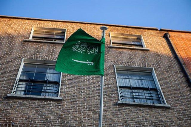 Archivo - Bandera de Arabia Saudí frente a la embajada del país en Dublín
