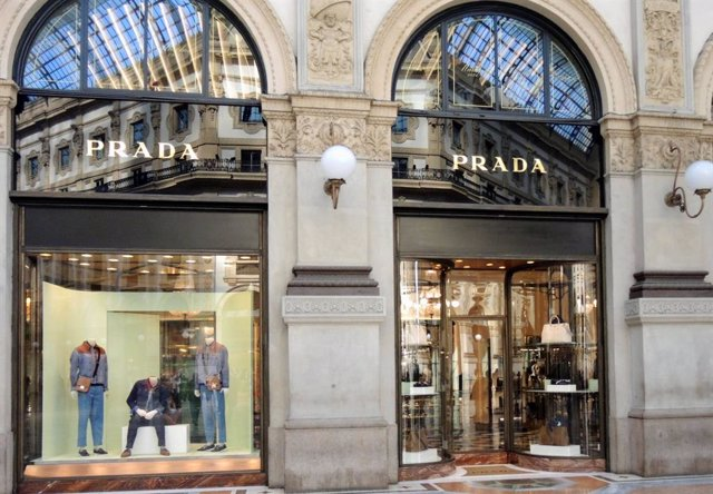 Archivo - April 19, 2019 - Milan, Italy: Prada store front. Mid season and summer fashion trend on the shop windows of the Milan fashion district. The Golden quadrilateral, including via Montenapoleone and Via Spiga, is ranked as the sixth most expensive