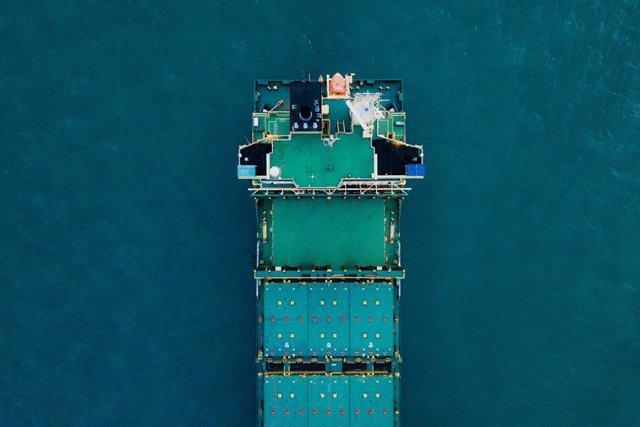 Un vaixell transporta mercaderia