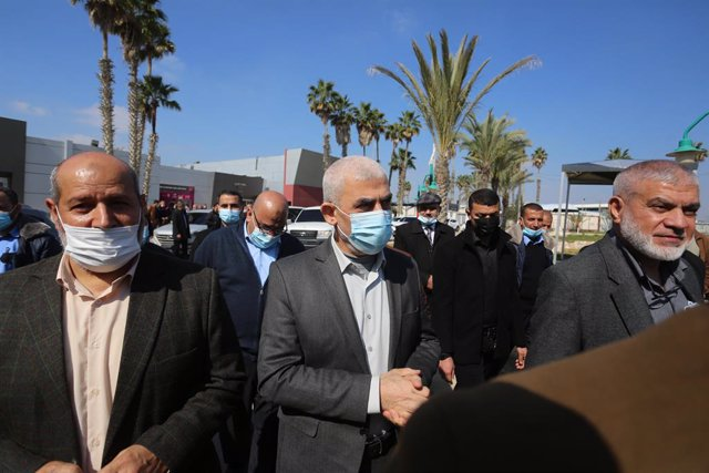 Archivo - 07 February 2021, Palestinian Territories, Rafah: Hamas organization leader in the Gaza Strip Yahya Sinwar waits to cross into Egypt through the Rafah border crossing. On Sunday, delegations belonging to different Palestinian factions left the G