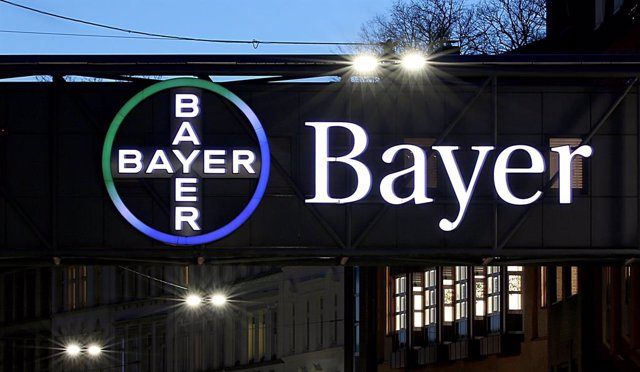Archivo - FILED - 07 February 2019, Wuppertal: The Bayer logo at the Wuppertal site glows at dusk. German pharmaceutical giant Bayer made a net loss of 9.5 billion euros (11.2 billion dollars) in the second quarter as the cost of legal battles over its gl