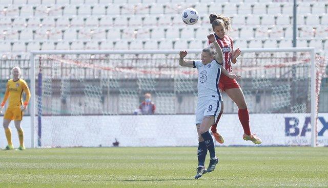 Strom salta por un balón en el Atlético-Chelsea de octavos de la Liga de Campeones femenina