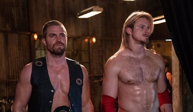 Stephen Amell (Arrow) y Alexander Ludwig (Vikingos), imponentes en Heels, su nueva serie