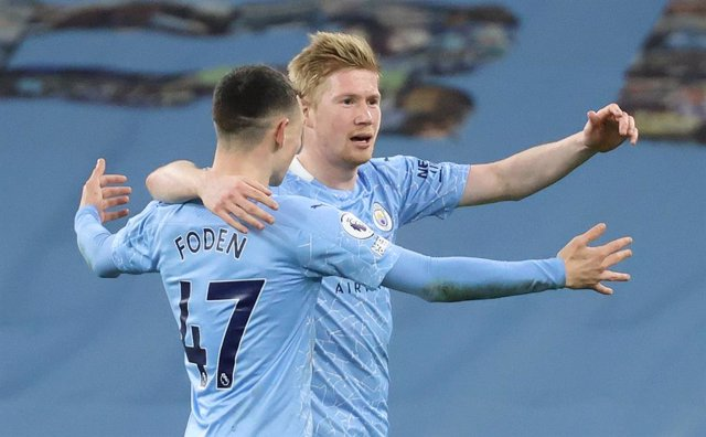 10 March 2021, United Kingdom, Manchester: Manchester City's Kevin De Bruyne (R) celebrates with Phil Foden after scoring their side's fifth goal during the English Premier League soccer match between Manchester City and Southampton  at the Etihad Stadium