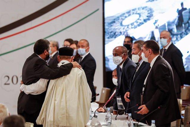 Archivo - Los participantes en el Foro de Diálogo Político Libio que se celebra en Túnez
