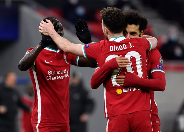 10 March 2021, Hungary, Budapest: Liverpool's Mohamed Salah (R) celebrates with teammates after scoring his side's first goal during the UEFA Champions League round of 16, second leg soccer match between RB Leipzig and Liverpool FC at Puskas Arena. Photo: