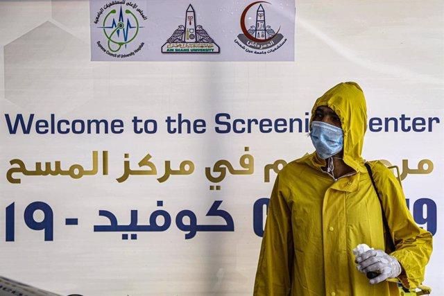 Archivo - Un trabajador sanitario de Egipto durante la pandemia de coronavirus