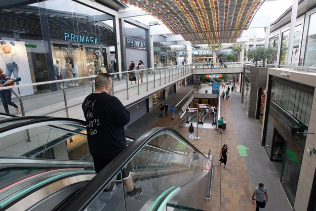 Archivo - Varias personas compran en el Centro Comercial FAN de Palma.