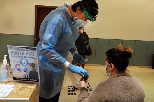 Archivo - Una mujer participa en un dispositivo de cribado masivo para detectar positivos por coronavirus en Expourense.