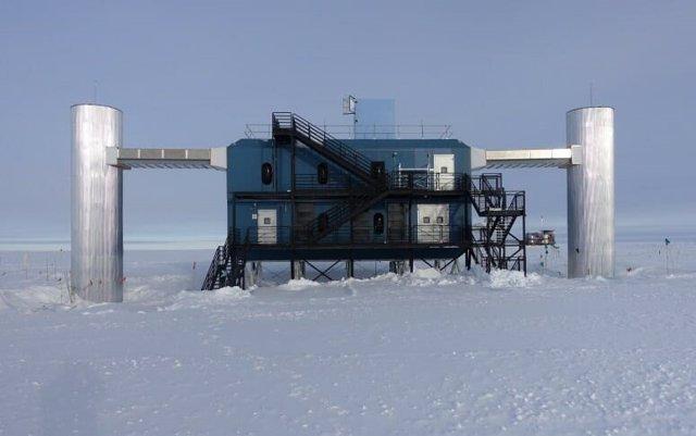 El Laboratorio IceCube en el Polo Sur. Este edificio alberga los servidores informáticos que recopilan datos de los sensores de IceCube debajo del hielo.