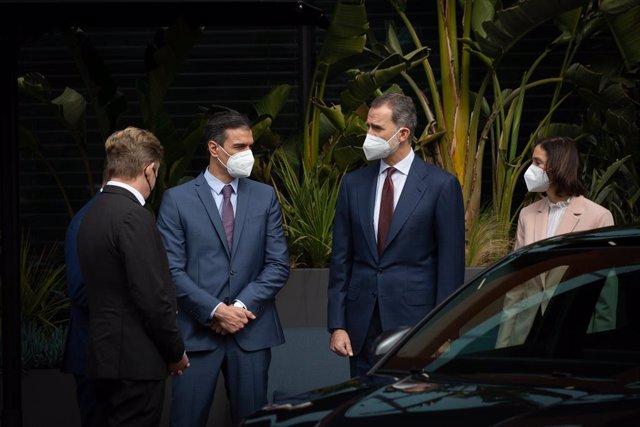 (I-D) El presidente del Gobierno, Pedro Sánchez; el Rey Felipe VI; y la ministra de Industria, Comercio y Turismo, Reyes Maroto; durante una visita a las instalaciones que el fabricante automovilístico SEAT tiene en Martorell con motivo de haberse cumplid
