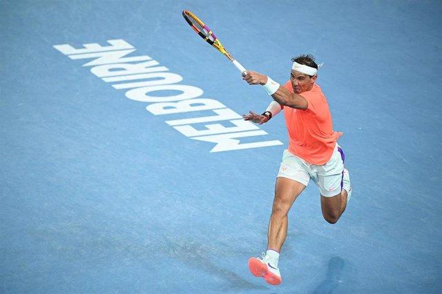 Rafael Nadal golpea un 'drive' durante el Abierto de Australia 2021