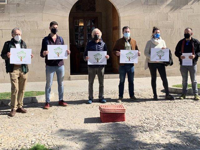 Representantes de Son Bonet Pulmó Verd, delante del Consolat de Mar, entregan una caja con 1.300 alegaciones al Govern.